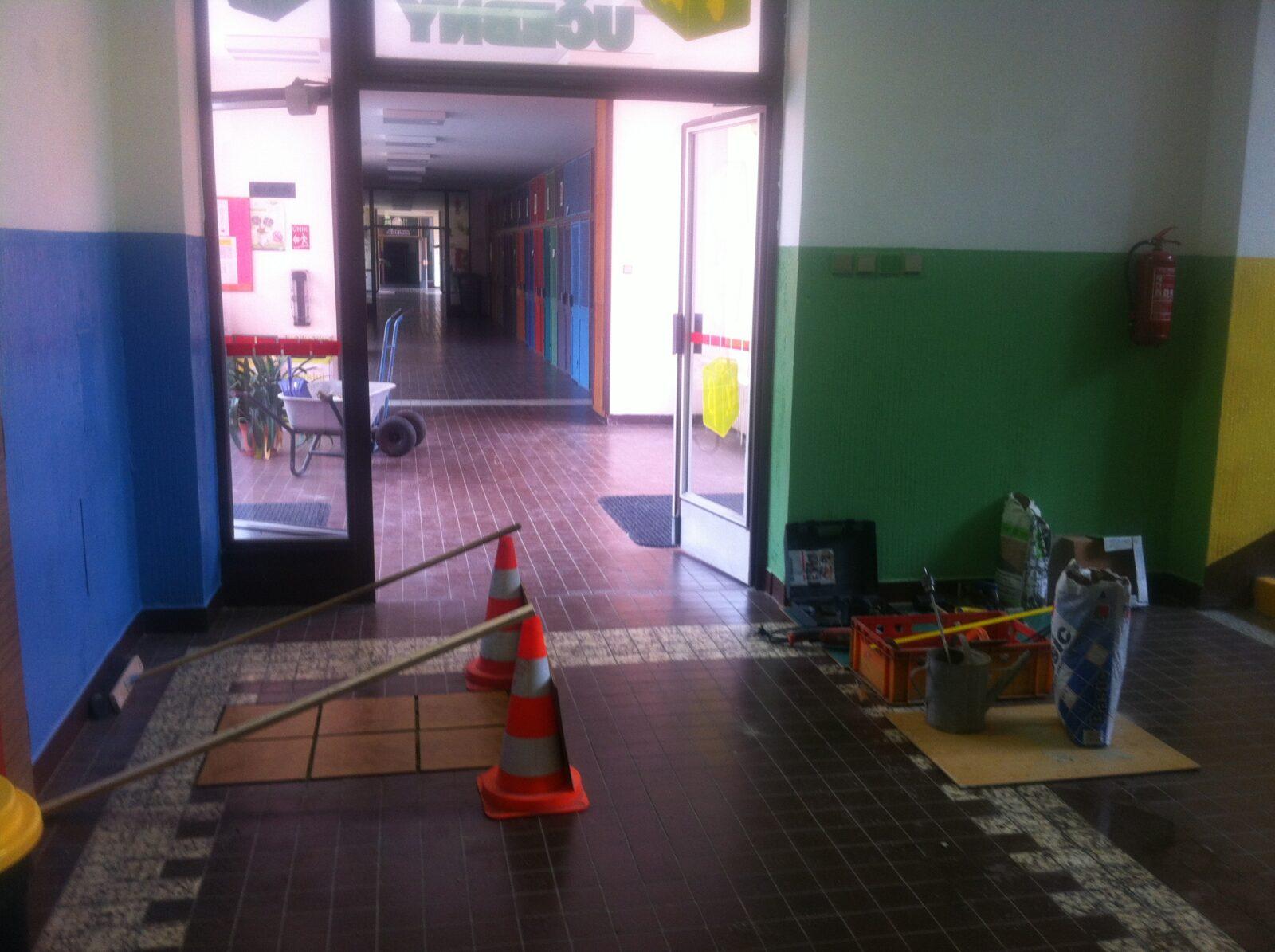 Opravy popraskaných dlažeb na chodbách.