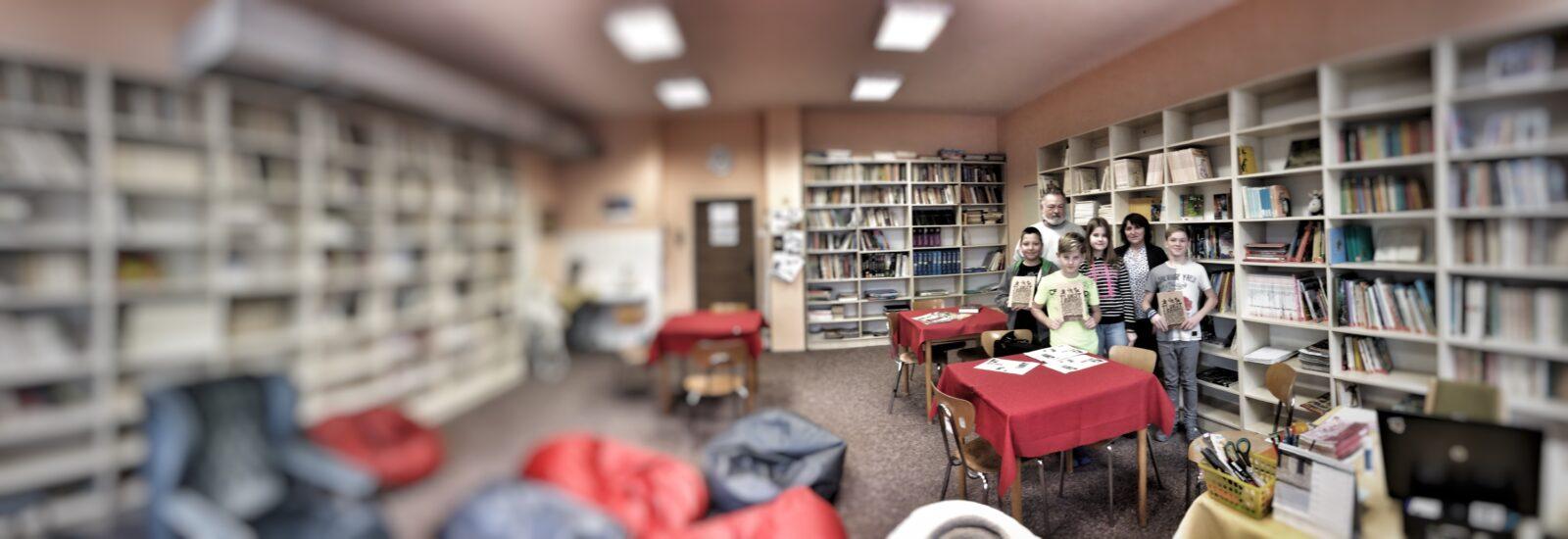 Redakce Kravinek ve školní knihovně.