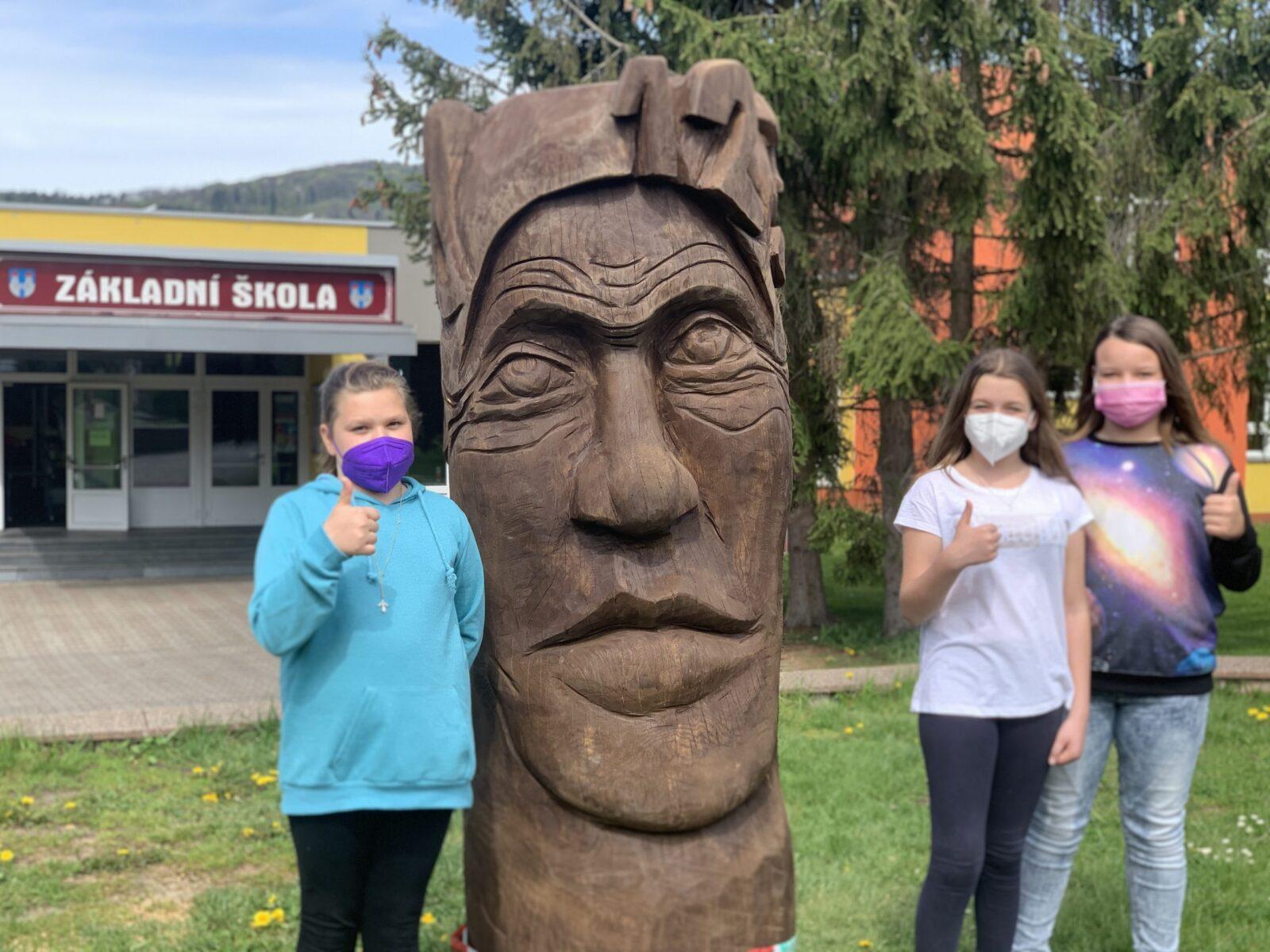 Školu střeží nová socha
